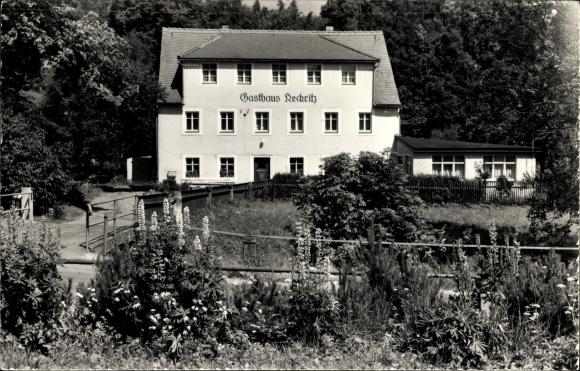 Ak Hellendorf Bad Gottleuba Berggießhübel Sachen, Blick über einen Garten auf das Gasthaus Keckritz