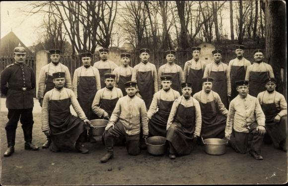 Foto Ak Deutsche Soldaten in Uniformen mit Kesseln, Pickelhaube, I. WK