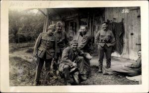 Foto Ak Schweizer Soldaten in Uniformen vor einer Hütte
