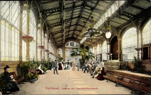 Ak Karlovy Vary Karlsbad Stadt, Inneres der Sprudelkolonnade, Kurgäste