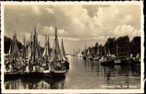 Ak Rostock Warnemünde, Partie am Strom, Schiffe im Hafen