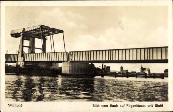 Ak Stralsund in Mecklenburg Vorpommern, Blick vom Sund auf Rügendamm und Stadt, Hebebrücke