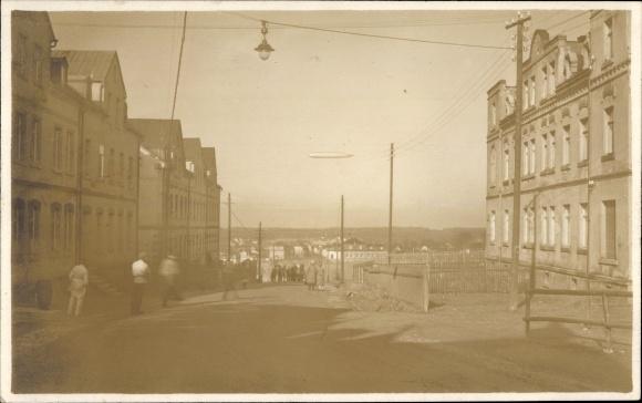 Foto Ak Auerbach im Vogtland Sachsen, Straßenpartie, Zeppelin über der Stadt