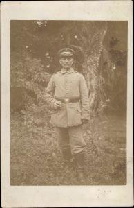 Foto Ak Deutscher Soldat in Uniform mit Zigarre, Ordenband, Stiefel