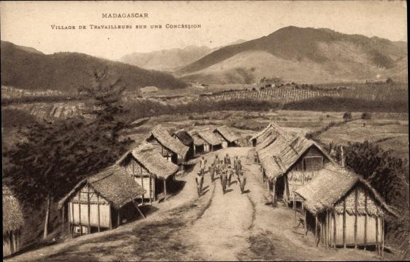Ak Madagaskar, Village de Travailleurs sur une Concession, Blick auf ein Dorf