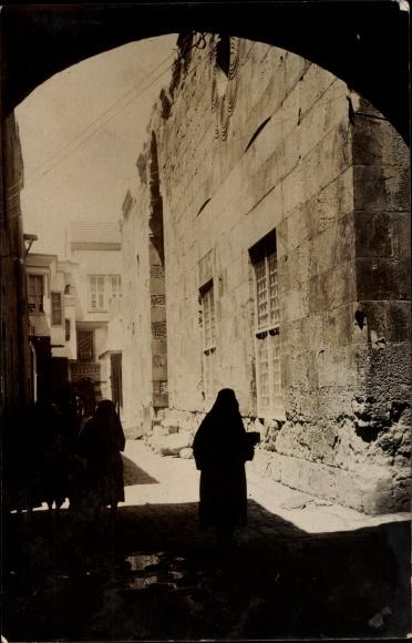 Foto Ak Maghreb, Tordurchblick auf eine Straße, verschleierte Frauen, Malek al daher