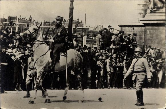 Foto Ak Siegesparade, Reiter, Offizier auf seinem Pferd