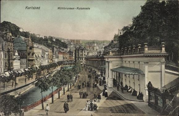 Ak Karlovy Vary Karlsbad Stadt, Mühlbrunnen Kolonnade, Spaziergänger