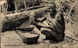 Ak Colonies Africaines, Un Terrien, Landbevölkerung, Mann bei der Arbeit, Kalebasse