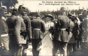 Ak Kaiserin Auguste Viktoria, Überreicht Offizieren des I. Garde Regt zum Abschied Rosen, Liersch