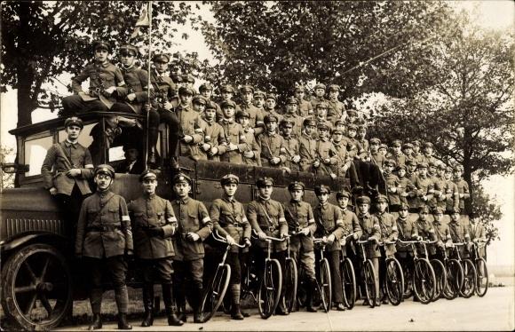 Foto Ak Junge Männer in Uniformen, LKW mit Feldrädern, Fahrräder, Frühmilitärische Erziehung