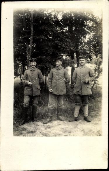 Foto Ak Drei deutsche Soldaten in Uniformen mit Zigaretten