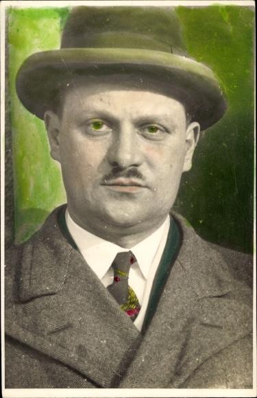 Ak Portrait von einem Mann im Anzug mit Hut, Schnurrbart, Krawatte, Mantel