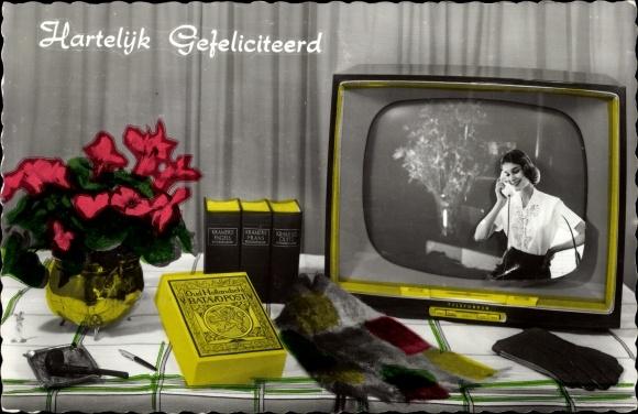 Ak Glückwunsch Geburtstag, Fernseher mit Frau am Telefon, Handschuhe, Schal, Pfeife