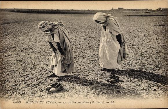 Ak Scenes et Types, La prière au désert, 2e Phase, Araber beim Gebet in der Wüste, Maghreb