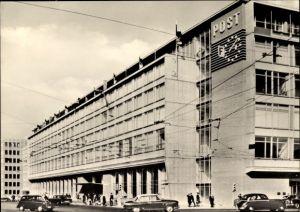 Ak Leipzig in Sachsen, Straßenpartie mit Blick auf Postamt am Karl Marx Platz, Autos