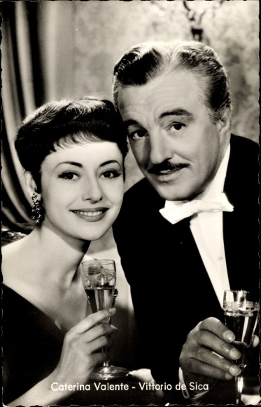 Ak Schauspieler Caterina Valente und Vittorio de Sica, Portrait, Sektgläser, Casino de Paris