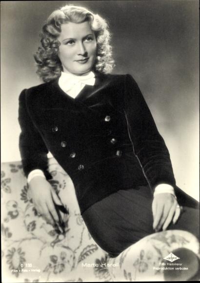 Ak Schauspielerin Marte Harell, Portrait auf Sofa, Wien Film, G 135