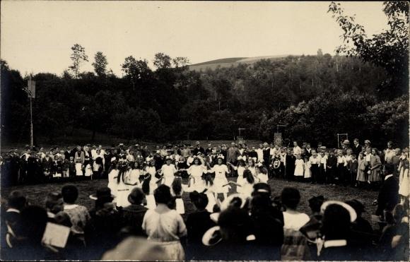 Foto Ak Johnsbach Glashütte Sachsen, Kinder bei einem Fest, Mädchen beim Ringelreihen, Zuschauer