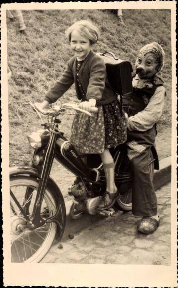 Foto Ak Mädchen und Mecki auf einem Capri Motorroller, Kostümierter