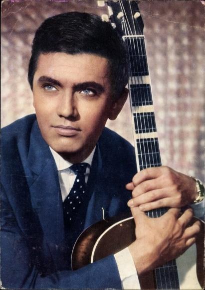 Ak Schauspieler und Sänger Rex Gildo, Portrait mit Gitarre