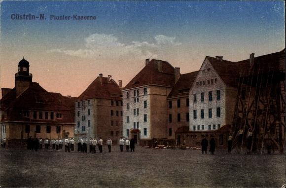 Ak Kostrzyn nad Odrą Cüstrin Ostbrandenburg, Pionierkaserne, Soldaten auf dem Platz
