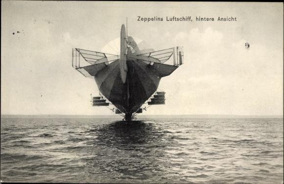 Ak Zeppelins Luftschiff, hintere Ansicht, niedriger Flug über dem Wasser