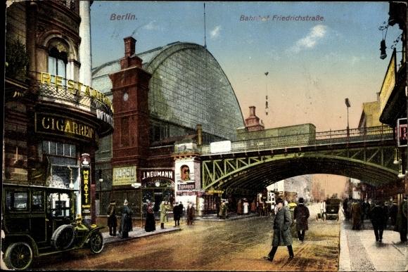 Ak Berlin Mitte, Partie am Bahnhof Friedrichstraße, Geschäfte, Passanten, Autos