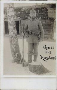Foto Ak Russland, Deutscher Soldat in Uniform, XIX 4, Gewehr, Ausrüstung, Winter, I. WK