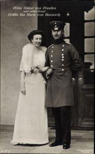 Ak Oskar Prinz von Preußen, Portrait in Uniform, Gräfin Ina Marie von Bassewitz