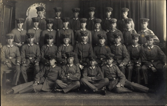 Foto Ak Deutsche Soldaten in Uniformen, Gruppenportrait, Schirmmützen