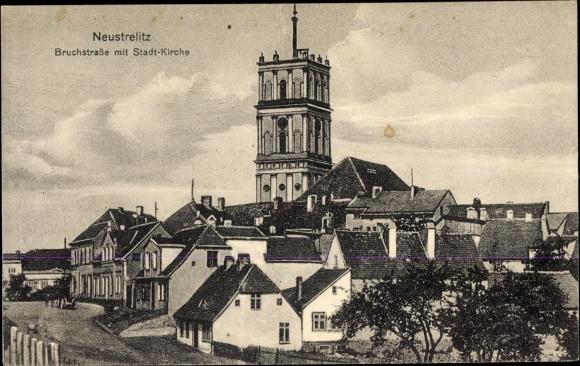 Ak Neustrelitz am Zierker See, Bruchstraße mit Stadtkirche