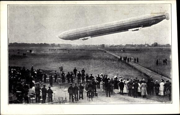 Ak Zeppelin bei einer Landung über einem Feld, Luftschiff, Zuschauer