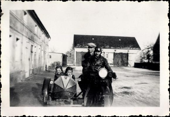 Foto Motorradgespann, Kinder im Beiwagen, Zwei Männer, Bauernhof