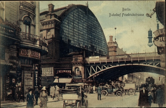 Ak Berlin Mitte, Straßenpartie am Bahnhof Friedrichstraße, Automobile, Passanten