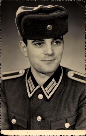 Foto Ak Deutsche Volksarmee NVA, Soldat in Uniform, Portrait, Deutsche Pelzmütze 0