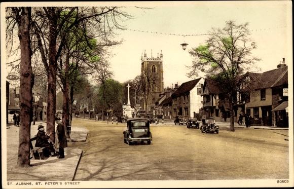 Ak St. Albans Hertfordshire England, St. Peter's Street, Straßenpartie in der Stadt, Kirche, Autos