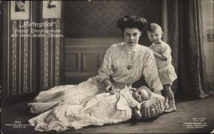 Ak Kronprinzessin Cecilie von Preußen mit ihren beiden Söhnen, Mutterglück, Liersch 1941