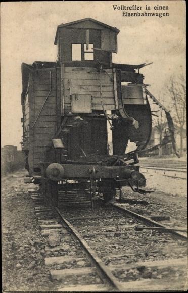 Ak Volltreffer in einen Eisenbahnwagen, Zersprengte Seitenwand