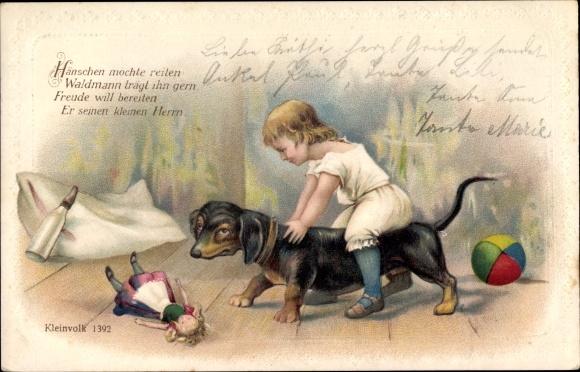 Präge Litho Kind auf einem Dackel sitzend, Puppe, Spielzeug, Milchflasche, Kleinvolk 1392