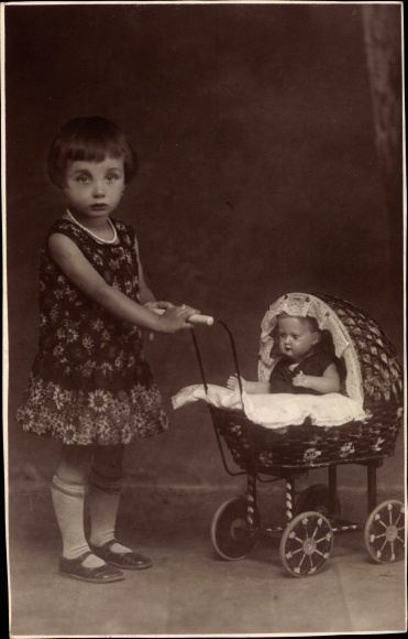 foto ak m dchen mit ihrem puppenwagen puppe nr 10189900 oldthing spielzeug kinder. Black Bedroom Furniture Sets. Home Design Ideas