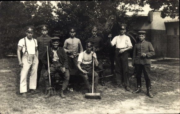 Foto Ak Deutsche Soldaten in Uniformen, Stallpfleger, Pferd