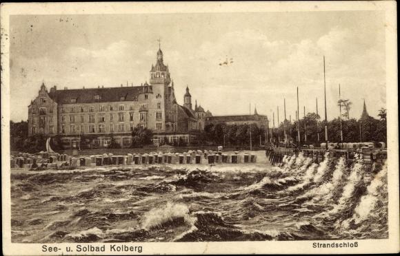 Ak Kołobrzeg Kolberg Pommern, Blick vom Meer auf das Strandschloss, Brandung