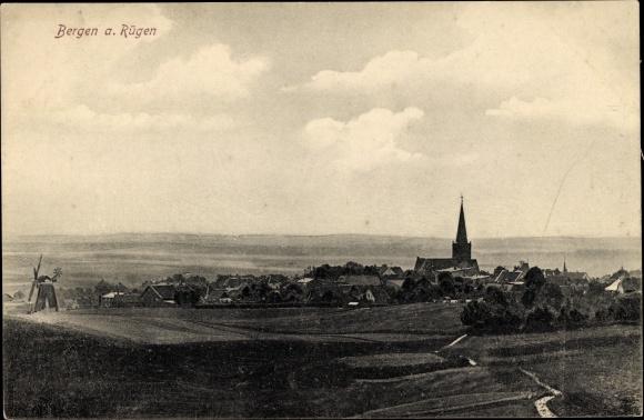 Ak Bergen auf der Insel Rügen, Panorama von Stadt und Umgebung, Kirche, Windmühle
