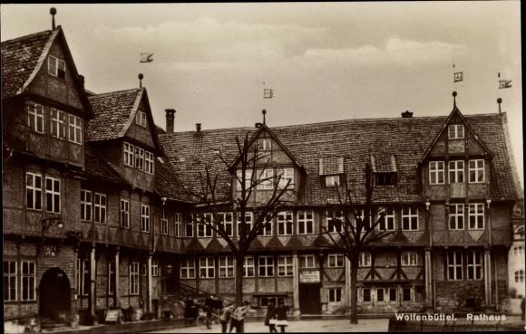 Ak Wolfenbüttel in Niedersachsen, Blick auf das Rathaus, Fachwerkhäuser