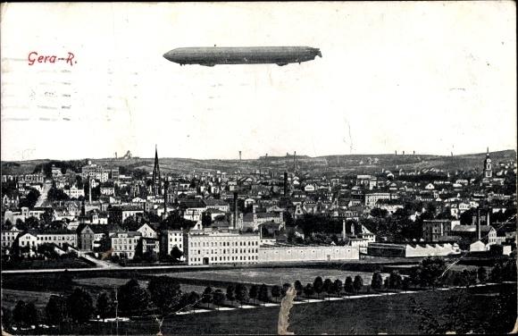 Ak Gera in Thüringen, Totalansicht vom Ort, Zeppelin