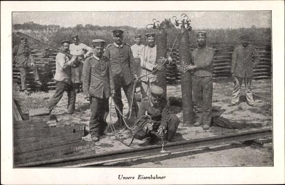 Ak Unsere Eisenbahner, Pioniere in Uniform beim Schienenbau, Schweißen der Gleise