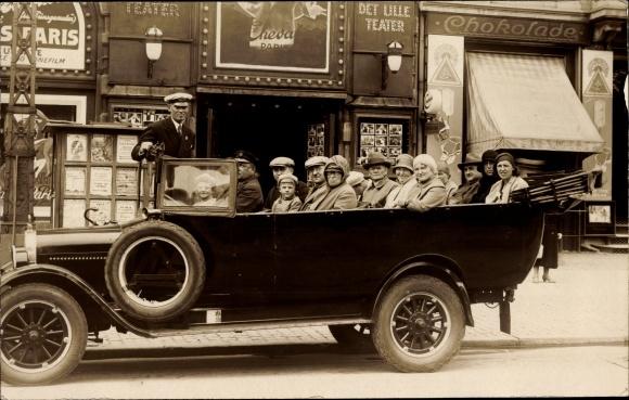 Foto Ak Gruppenfoto in einem Touristenbus vor einem Kino, Filmplakat Maurice Chevalier