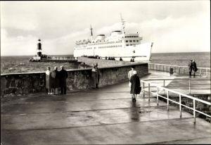 Ak Rostock Warnemünde, Fährschiff Warnemünde, Blick von der Mole