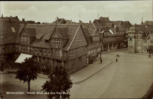 Ak Wolfenbüttel in Niedersachsen, Partie auf dem Markt mit Blick auf das Rathaus